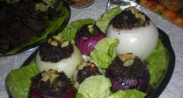 Cebula faszerowana kaszanką ozdobiona sałatą oraz ogórkiem