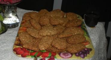 Zdjęcie przedstawia upieczone ciastka z płatkami owsianymi