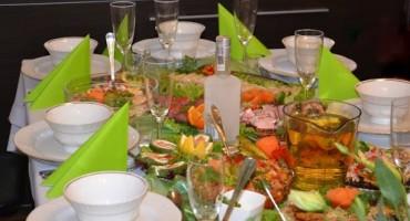 syto zastawiony stół potrawami oraz komplet białych filiżanek