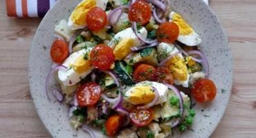 Zdjęcie przedstawia sałatkę z cukinią, pieczarkami i ziemniakami na talerzyku