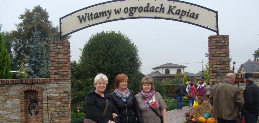 trójka kobiet stojąca w wejściu do ogrodów kapias