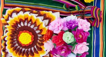 Zdjęcie przedstawia wyroby wykonane za pomocą szydełka, haftu i papieroplastyki