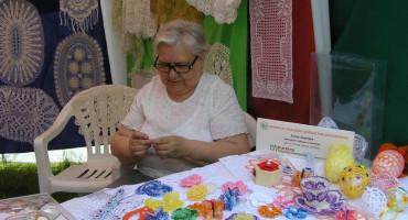 Zdjęcie przedstawia Panią Irenę Sapiejkie z koronkami zrobionymi na szydełku