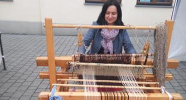 Zdjęcie przedstawia Panią Wiolettę Pisarską podczas tkania