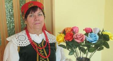 Zdjęcie przedstawia Panią Zofię Hadryś z kwiatkami w wazonie
