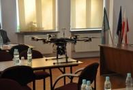 dron stojący na stole podczas Spotkania informacyjno-szkoleniowego dla pracowników WODR