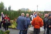 grupa ludzi chodząca po ogrodach kapias