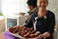 kobieta z tacą pełną ziemniaków
