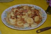 kopytka w sosie na talerzu