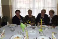 cztery kobiety przy stole podczas obchodów dnia kobiet