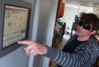 mężczyzna w okularach pokazujący dane z biogazowni wyświetlane na monitorze