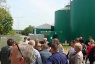 ludzie spacerujący po zakładzie biogazowni