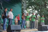 Zdjęcie przedstawia organizatorów imprezy z nagrodzonymi na scenie