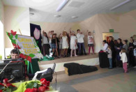 dzieci na scenie podczas występu z okazji dnia kobiet