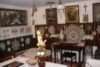Zdjęcie przedstawia Izbę wiejską w Muzeum wsi opoczyńsko-rawsko-mazowieckiej w Sierzchowach