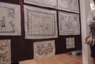 Zdjęcie przedstawia makatki, przymocowane do tablicy