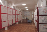 Zdjęcie przedstawia korytarz z makatkami na tablicach