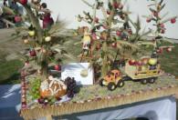 Zdjęcie przedstawia ozdoby wykonane z zebranych plonów: kłosów zbóż i owoców