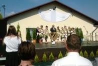 dóch mężczyzn oraz grupa kobiet na scenie podczas dożynek