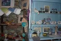 Zdjęcie przedstawia zbiory rękodzieła w Galerii rękodzieła Lawendówka Ossie.